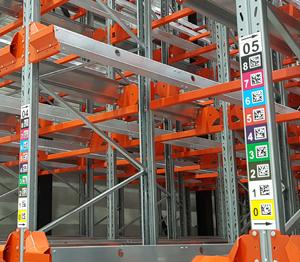ONE2ID Lagerkennzeichnung Schilder montieren an den Gänge und Regale
